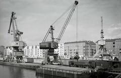 Osthafen 2004 (grapfapan) Tags: berlin film analog harbour scan cranes monochrom olympusom2 friedrichshain kräne osthafen