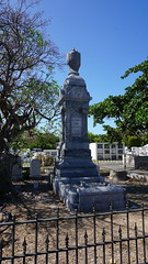 Key West Cemetery, FL (SomePhotosTakenByMe) Tags: city vacation friedhof usa holiday tree cemetery grave graveyard america fence keys island unitedstates florida outdoor urlaub tombstone insel stadt gravestone keywest grab amerika zaun grabstein baum floridakeys keywestcemetery