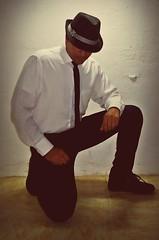 Sombrerito (AVENTURA615) Tags: sombrero negro sombrerito corbata sexyman jeans modelo gullo man hombre