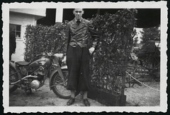 Archiv E845 Motorradbegeisterung, 1930er (Hans-Michael Tappen) Tags: 1930s outfit outdoor motorcycle motorrad knickerbocker krad lederjacke 1930er fotorahmen motorradjacke archivhansmichaeltappen