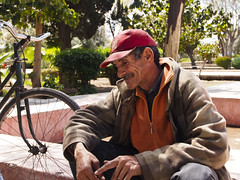 Le viel homme et son vlo (BenoitDemers) Tags: adult africa african arabic face happy male man native person portrait scene smile social street tradition urban morocco marrakesh medina jemaaelfnaa jemaa elfnaa koutoubia bicycle park cambodge