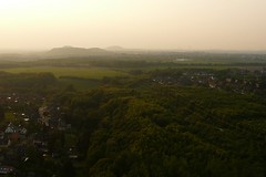 Ballonfahrt: Alsdorf-Eschweiler (Neuwieser) Tags: above sunset hot eye birds de photography photo photographie view ride air hotair ballon balloon picture heisluftballon aerial photograph cameron aachen ballooning birdseye vues prise luftbild arienne ballonfahrt vogelperspektive luftaufnahme ballonfahren halde alsdorf aerophoto heisluft luftbildaufnahme luftbildfotografie