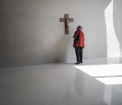close examination (Georgie Pauwels) Tags: sun reflection public museum shadows close cross religion jesus cologne christianity visitor viewing crucifixion examination kolumba georgiepauwels