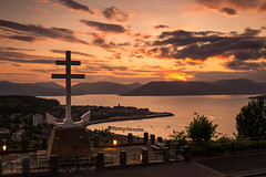 Last Light at Lyle Hill (GenerationX) Tags: sunset sea sky mountains water statue clouds river landscape outdoors evening scotland clyde greenock purple unitedkingdom dusk scottish neil hills anchor gb rays gourock barr gloaming kilcreggan inverclyde firthofclyde lylehill crossoflorraine rosneathpeninsula freefrenchmemorial canon6d gourockbay