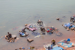 Personas lavando ropas en aguas del río Níger en Bamako. Crédito: Marc-André Boisvert/IPS. (Agencia de Noticias Inter Press Service) Tags: ropa bamako malí lavar ríoníger