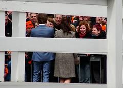Ik kiek oe ok an (Moser's Maroon) Tags: klein foto brug oud zwolle oranje jong hek naturalframe groot 2016 menigte koningsdag rckenfigur pelserbrug prinspieterchristiaan prinsesanita
