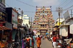 Les couleurs de la rue (Chemose) Tags: street sky people india colour architecture canon temple eos january ciel 7d hindu rue hinduism janvier couleur tamilnadu gens inde southindia trichy gopuram hindouisme hindou tiruchirapalli ranganathaswamy sriranganathaswamy indedusud vischnu vischnou