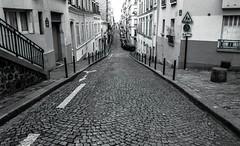 Paris, Montmartre, 13 (Patrick.Raymond (2M views)) Tags: paris montmartre rue 75018 argentique tmax bw nikon concordians
