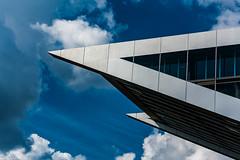 Spitz sticht Blau (Kass3tte) Tags: sommer hamburg architektur blau hafen elbe altona dockland