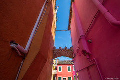 Coloured Alley (Madrid Pixel) Tags: venice italy italia it venezia burano veneto canonefs1022mmf3545usm canoneos7dmkii