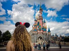 Disney's dreamer (Alexandre LAVIGNE) Tags: girl disneyland disney gr minnie eurodisney château ricohgr oreille ambiance louisengival