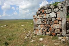 Le granite et le basalte (Yvan LEMEUR) Tags: france landscape granite paysage mur ruines aubrac lozère buron basalte