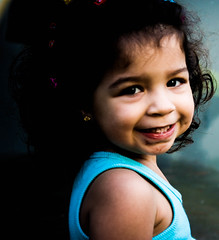 ~Jennir Narvez (TheJennire) Tags: camera light baby sun cute luz sol girl smile canon hair cores photography photo kid colours foto child colores bebe sorriso sonrisa fotografia camara cabelo pelo cabello