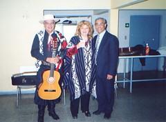 Con Carlos Curbelo, uruguayo, y Marta Suin, argentina, ambos importantes cultores de la paya y personalidades reconocidas en toda América Latina. Encuentro de Payadores Internacional, Casablanca, V Región, febrero de 2004.