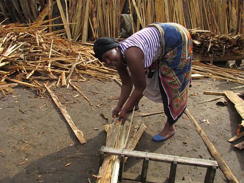 Vendeuse de bois, Nakuru, Kenya