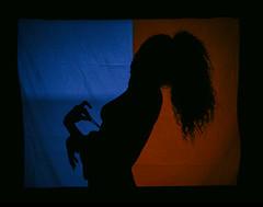 STEREO (Santiago Forero Molano) Tags: she blue shadow red girl silhouette teatro colombia bogota theater nipple underwear top ella sombra curly strap silueta brassiere undress ropainterior pezon blueandred azulyrojo crespa rizada sosten tiranta