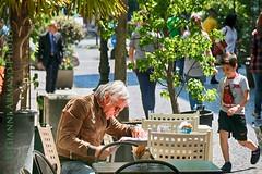 Alessandria: giorno di festa (Gianni Armano) Tags: bar photo foto bambini centro persone di festa piante sedia gianni alessandria citt giorno armano