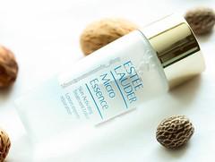 Estee Lauder Micro Essence Skin ขนาดทดลอง 30ml. Activating Treatment Lotion เอสเซนส์ในรูปโลชั่น ช่วยให้ผิวดูมีสุขภาพดี ผิวดูเปล่งประกาย แลดูอ่อนเยาว์ ด้วยส่วนผสมเข้มข้น Micro-Nutrient Bio-Ferment จึงช่วยรับมือกับริ้วรอย เป็นสูตรที่คิดค้นขึ้นเพื่อผิวของชาว