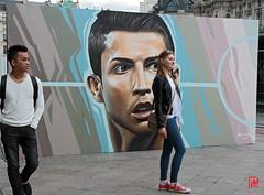 Encore un selfie avec  Ronaldo.....  par Belin (mamnic47 - Over 6 millions views.Thks!) Tags: streetart paris foot hoteldeville exposition cristianoronaldo belin selfies lesgens img2212 footballeur parvisdelhoteldeville paris4me stardufoot