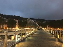 Zubizuri por la noche (inigo.vanaman) Tags: bridge españa night river puente noche spain country bilbao bizkaia basque ria euskadi nervion zubizuri