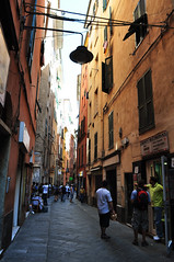 (www.tokil.it) Tags: genova italia italy vicolo alley strada street urban citt city palazzi buildings friends amici nikond90