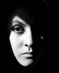 Da 1: Autorretrato (The Girl In Front Of You ) Tags: bw blanco girl face 30 monocromo chica y retrato negro cara autorretrato dias rostro proyecto fotografico