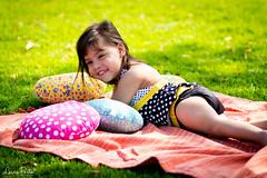 Ensaio Manu (Laira Porto) Tags: parque portrait verde face ensaio happy book colours child retrato happiness dia grama criana colorido almofadas bookexterno