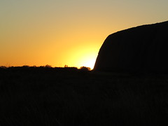 "Lever de soleil à Uluru <a style=""margin-left:10px; font-size:0.8em;"" href=""http://www.flickr.com/photos/83080376@N03/16262459280/"" target=""_blank"">@flickr</a>"