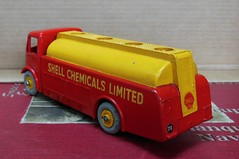"AEC ""SHELL CHEMICALS Ltd"" Tanker (Dinky Toys) (xavnco2) Tags: truck model shell lorry camion trucks tanker madeinengland diecast aec autocarro citerne dinkytoys"