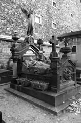 Graveyard (YaS-MaNiA) Tags: paris film cemetery contax fujifilm g2 neopan analogue montparnasse 400iso