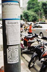 SADUE * 907 (35mm) (jcbkk1956) Tags: street film analog 35mm thailand dof bokeh bangkok stickers motorcycles bikes lampost manual streetfurniture carlzeiss kodacolor200 thonglo contaxrts 45mmf28 viaggenelmondo