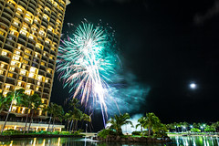 Bitt-n.com - Hawaii, Fireworks at the Hilton (Travlr.Photography) Tags: travel sunset holiday america photography hawaii palmtrees hawaiian honolulu travlr bittncom bittn travlrphotography