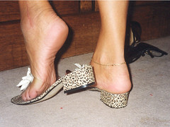 gil09 (J.Saenz) Tags: planta feet foot shoes flat sandals low bajo tacos zapatos flats thongs pies heels tacones sole slides pieds mules slippers footfetish pulsera scarpe sandalias schuh fetiche pezinho shoefetish pedi tacchi tobillera fetichismo tobillo shoeplay womenfeet podolatras fse ancklett
