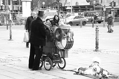 PlayForMe (Rey//Scue) Tags: road street city travel people urban bw white man black guy germany photo blackwhite fotografie photos outdoor frankfurt live strasse streetphotography documentary streetlife human streetphoto streetview photografie vision:outdoor=0967