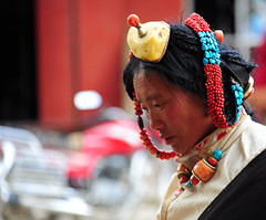 The headdress, Tibet 2013 (reurinkjan) Tags: coral amber sharma tibetanwoman 2013 turquoisejewelry dzachuka བོད་ལྗོངས། ©janreurink tibetanplateauབོད་མཐོ་སྒང་bötogang tibetབོད sershulསེར་ཤུལ།county turquoiseགཡུ་gyu zistoneགཟིgzi khamཁམས།easterntibet ༢༠༡༣ khamཁམས་བོད khamsbodkhamwö headdressjewelry coralབྱུ་རུjuru amberསྤོས་ཤེལpöshel familystreasuredjewelry denkhok