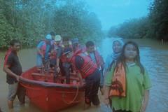 Save (bayualamfoto) Tags: rescue film photography team flood ishootfilm portra masjid kuantan pahang catastrophe filem filmphotography temerloh wakaf filmcommunity believefilm kuantanku banjerosquad