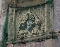 Carpe diem, quam minimum credula postero (Robert Barone) Tags: italy rome roma window architecture italia decay commute sanlorenzo micro43 olympusep5