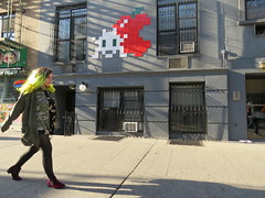 Space Invader NY_176 (tofz4u) Tags: street nyc people usa streetart ny newyork apple tile mosaic unitedstatesofamerica spaceinvader spaceinvaders invader rue pomme mosaque artderue tatsunis ny176
