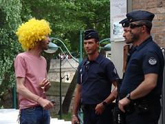Jaune et bleus (Jeanne Menjoulet) Tags: marchedesfiertés lgbt paris 2juillet2016 lesbiangaypride gay lesbiennes bi trans gaypride pride jaune bleus police flics lbgt