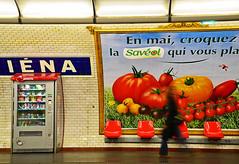 Selbst im Untergrund . . . (niedersachsenfoto) Tags: paris werbung plakat gemse ubahnstation metrostation ina warenautomat niedersachsenfoto