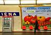 Selbst im Untergrund . . . (niedersachsenfoto) Tags: paris werbung plakat gemüse ubahnstation metrostation iéna warenautomat niedersachsenfoto