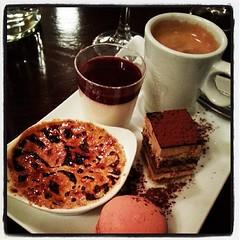 #Café gourmand= ♡ il y a tout que j'aime #dessert #sobremesa #coffee (Bibi) Tags: paris france coffee café dessert frança sweets normal doces gourmandise sobremesa macaron docinhos crèmebrûlé iphoneography