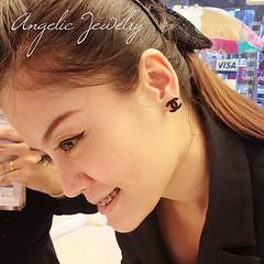 ต่างหู logo Chanel ค่ะ งานเกาหลี ใกล้หมดแล้วรีบกันหน่อยนะคะ       **ขอบคุณภาพรีวิวสวยๆ ค่ะ**  สินค้าพร้อมส่ง       สนใจสินค้า add Line : AngelicJewelry ได้เลยจ๊า หรือชมรายการอื่นๆได้ที่ #facebook ค่ะ       #AngelicJewelry