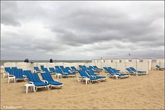 Het was een mooie zomer..... (Ria Rotscheidt) Tags: blue sea beach water strand sand blauw belgium chairs belgi zee zand kust knokkeheist strandsteoelen