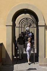 Corridoio Vasariano (oxfordblues84) Tags: people italy woman building architecture florence arch arcade arches tourists pedestrians firenze pontevecchio historicalmonument ncl shoreexcursion norwegianspirit norwegiancruiseline giorgiovasari corridoiovasariano lungarnodegliarchibusieri norwegianspiritcruise norwegianspiritshoreexcursion