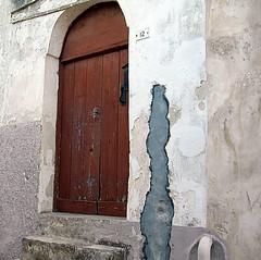 Behind the door. (girodiboa1) Tags: door old sea italy sun port italia mare wind porta behind sole otranto salento lecce salentu vento sule vecchia dietro ientu girodiboa1