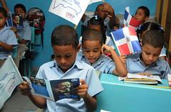 "Los estudiantes leen sobre la vida de Juan Pablo Duarte • <a style=""font-size:0.8em;"" href=""http://www.flickr.com/photos/91359360@N06/16240535860/"" target=""_blank"">View on Flickr</a>"