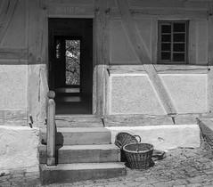 """""""Grandma's"""" entrance with wicker baskets (KF-Photo) Tags: treppe oma opa fachwerk bauernhaus kopfsteinpflaster beuren krbe freiluftmuseum trffnung weidenkrbe"""