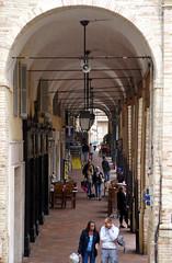 Fermo, Piazza del Popolo (HEN-Magonza) Tags: italien italy arcade piazzadelpopolo lemarche fermo bogengang themarches kolonade