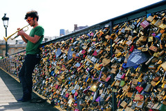 Pont des Arts (diogo.didio) Tags: bridge light musician music paris love metal lockers trumpet ponte pontdesarts cadeados trompeete